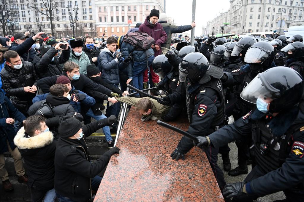Prosvjedi su krenuli na istoku zemlje u Vladivostoku, a proširili su se preko Sibira i središnje Rusije. Navaljnijevi pristaše najavili su prosvjede u 90 ruskih gradova.