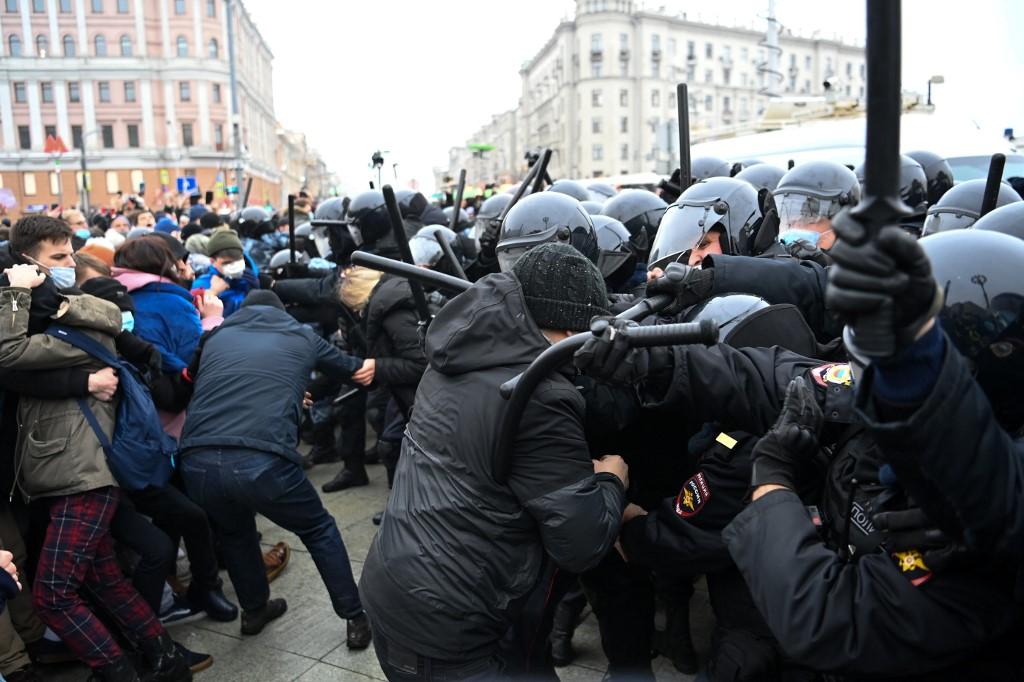 Policija je putem razglasa ljudima govorila da odu doma te da se radi o ilegalnom prosvjedu.