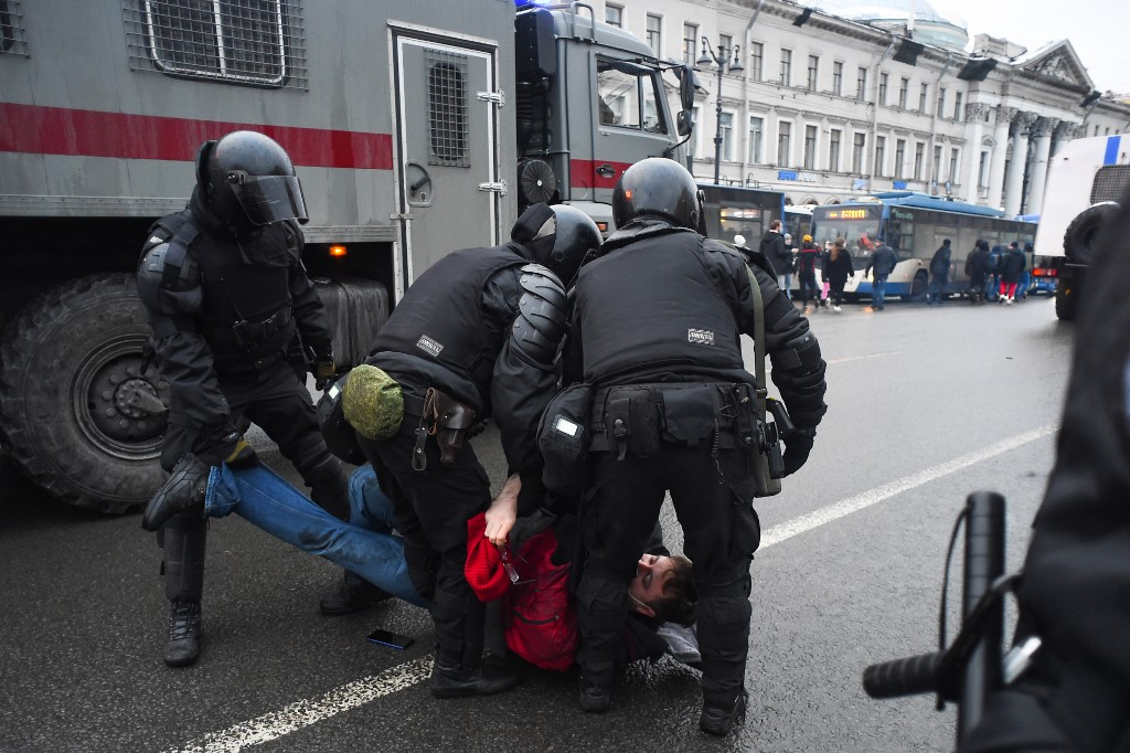Police detain a man during a rally in support of jailed opposition leader Alexei Navalny in Saint Petersburg on January 23, 2021. - Navalny, 44, was detained last Sunday upon returning to Moscow after five months in Germany recovering from a near-fatal poisoning with a nerve agent and later jailed for 30 days while awaiting trial for violating a suspended sentence he was handed in 2014. (Photo by Olga MALTSEVA / AFP)